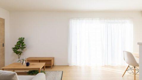 LDKの大きな掃き出し窓からは、自然光がたっぷり入り気持ち良いです。 より室内が広々と感じられ、開放感たっぷりです。 ※写真は床・建具カラーが同じ物件です。実際とは異なります。