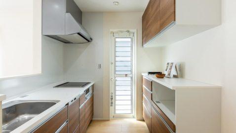 【キッチン】 お手入れしやすく、使いやすさ抜群のタカラスタンダード製のシステムキッチンです♪大容量収納キャビネット装備、家電収納ユニット付きですっきり片付きます! ※実際の仕様・カラーは異なります。