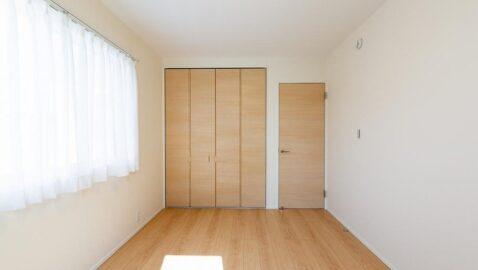 こちらの物件には4.5帖の洋室が3部屋あります。クローゼット付きのお部屋(2室)のイメージ。ベッドと勉強机を置いてジャストサイズです♪※写真は床・建具カラーが同じ物件です。