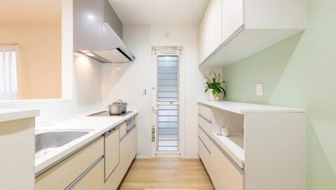 お手入れしやすく、使い勝手のよいタカラスタンダード製のシステムキッチン。大容量収納キャビネット、家電収納ユニット付きで散らかりがちなキッチンもすっきり片付きます!※背面収納の仕様は一部異なります。