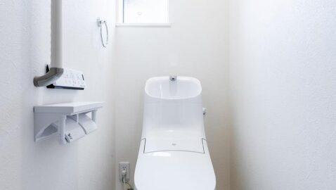トイレは清潔感のある白で統一されています。インテリアを選ばずお好みのトイレ空間を作りやすいです。100年クリーンのフチレス形状の便器はお手入れしやすく、お掃除回数がグンと減ります!*同仕様