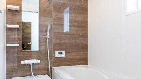 木目パネルがアクセントの清潔感あるバスルーム。広々浴槽は足を伸ばして一日の疲れを癒せます♪衣類乾燥暖房換気扇付きで、寒い日は浴室を温めてから入浴でき安心です。*同仕様