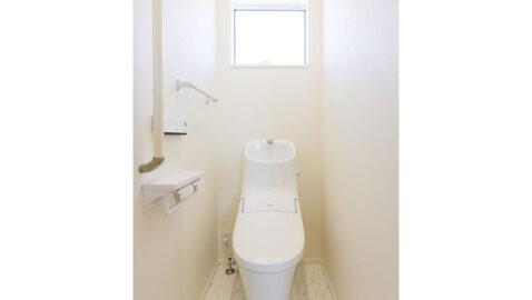 トイレが1階・2階両方にあるので、朝のラッシュ時も困りません。フチレス形状でお手入れしやすく、パワーストリーム洗浄で汚れが落ちやすいです♪