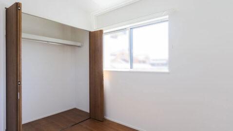 洋室(4.5帖)収納付きの洋室は、お子様部屋や仕事部屋として使えます!2面に窓があるので、風通し良く、陽射しが気持ち良いです。
