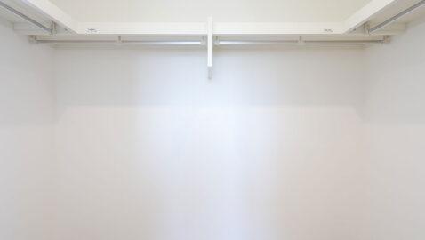 ウォークインクローゼット寝室には3帖分のウォークインクローゼット付!オフシーズンの衣類や、季節の家電などかさばる荷物もサッと収納できます!