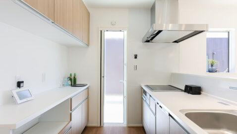 お手入れしやすく高耐久のタカラスタンダード製システムキッチン。IHヒーター、食器洗い乾燥機付きで毎日の家事を効率良く!大容量収納キャビネットは使い勝手も抜群です。