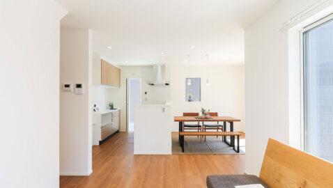 キッチンを中心にL字型に広がるLDKは、奥行があり開放的! 南東向きの掃き出し窓からたっぷりの陽射しが入り、温かく心地よいです。