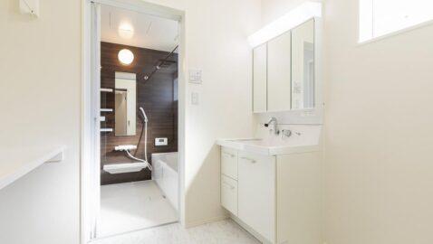 【当社施工事例】 洗面所はリクシル製の清潔感のある洗面台を採用。広々ボウルでバケツ洗いもしやすく、朝の忙しい時間帯に2人並んでの身支度も楽にできます! 洗面室は広々3帖分なので、室内干しもできます♪
