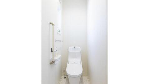 【当社施工事例】トイレが1階・2階両方にあるので、朝のラッシュ時も困りません。フチレス形状でお手入れしやすく、パワーストリーム洗浄で汚れが落ちやすいです♪