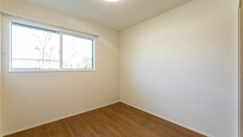 【当社施工事例】 多目的スペース(4.5帖) おうち時間が増えた今、自室とは別にリモートワークや作業場に使えるマルチスペースが便利です!窓があるので、開放的で快適です。