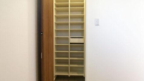 玄関土間収納靴のまま入れる土間収納が付いているので、ついつい玄関に置きっぱなしにしてしまう家族の靴もサッとしまえて便利です!雨具やスポーツ用品などかさばるものも収納しやすいです♪
