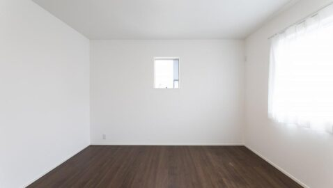 【当社施工事例】主寝室(7.3帖) 主寝室は南側にあるので、毎朝陽射しをたっぷり浴びながら起きられます♪ 大きなベッドも入るゆとりある寝室です。 風通し良く、新鮮な空気が部屋中を包んでくれます!