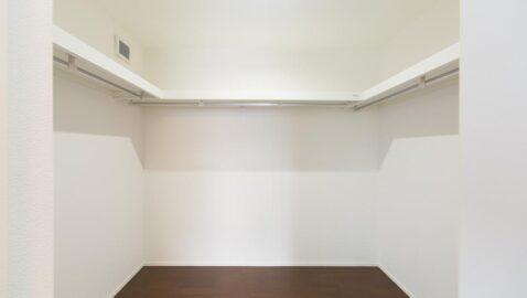 【当社施工事例】ウォークインクローゼット 主寝室には2.2帖分のウォークインクロゼットがあり、家族みんなの衣類や寝具もまとめて収納できます♪お部屋も広く使えます!