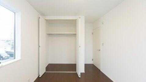 【当社施工事例】洋室(5帖) 風通しと陽当たりに配慮したお部屋なので、毎朝気持ち良い朝を迎えられます。 落ち着いた色合いの内観に癒されます。