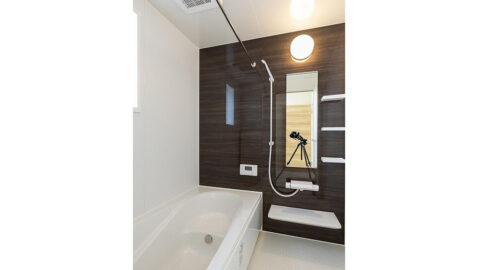 """人がお風呂に求める""""心地いい""""という瞬間のために進化したバスルーム。広々浴槽で、足を伸ばして一日の疲れを癒せます♪ 掃除のストレスを軽くする工夫がたくさんあります!*同仕様"""