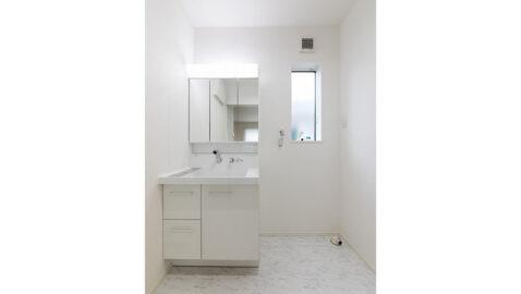 LIXIL製の洗面台は、お手入れしやすく、広々としていて二人並んでの身支度もしやすいです! 三面鏡裏には、高さに合わせて変えられる収納付きなので、整理整頓しやすいです!*同仕様