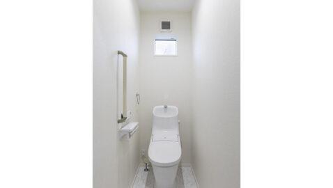 白を基調とした清潔感あるトイレです。強力洗浄の超節水トイレで、環境に配慮しています。100年クリーンのフチレス形状の便器はお手入れしやすく、お掃除回数が減ります♪*同仕様