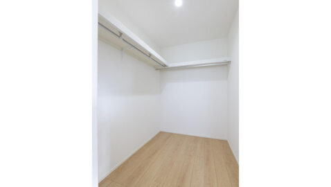 【当社施工実例】主寝室には3帖分のウォークインクロゼットがあり、家族みんなの衣類や寝具もまとめて収納できます♪お部屋も広く使えます!