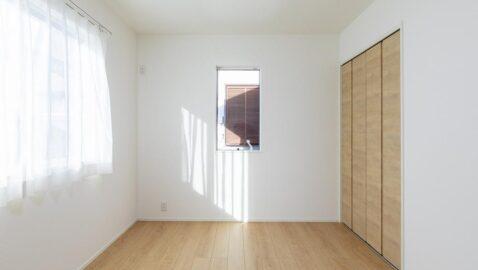 【当社施工実例】洋室(6帖) 風通しと陽当たりに配慮したお部屋なので、毎朝気持ち良い朝を迎えられます。 淡い色合いの内観に癒されます。