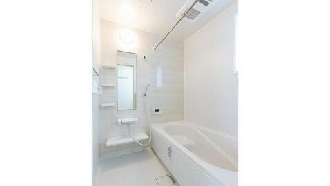 広々浴槽で、足を伸ばして一日の疲れを癒せるバスルーム。お湯が冷めにくい保温構造の浴槽です。浴室暖房乾燥機も付いています! 掃除のストレスを軽くする工夫がたくさんあります!*同仕様