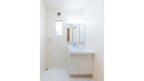 LIXIL製の洗面台は、お手入れしやすく、広々としていて二人並んでの身支度もしやすいです! 三面鏡裏の収納は、高さに合わせて変えられるので整理整頓しやすいです!*同仕様