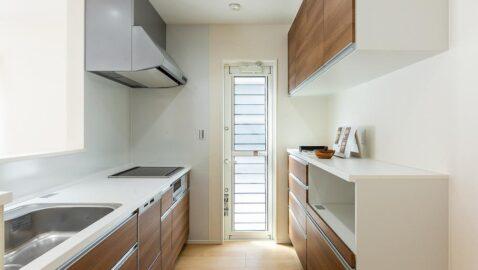 【当社施工実例】 お手入れしやすく、大容量収納キャビネットを装備したタカラスタンダード製のシステムキッチン。食器洗い乾燥機、背面収納には家電収納ユニット付きですっきり片付きます!