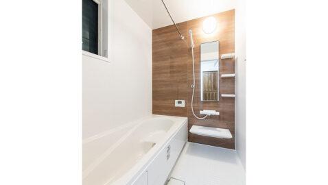 温もりある色合いの木目壁が美しい壁パネル。優しい色合いなので、気持ちも落ち着きリラックスできます。広々浴槽で、足を伸ばして一日の疲れを癒せます♪ ※同仕様