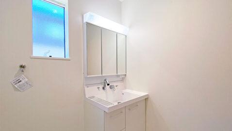LIXIL製の洗面台は、お手入れしやすく、広々としていて二人並んでの身支度もしやすいです!三面鏡裏の収納は、高さに合わせて変えられるので整理整頓しやすいです!