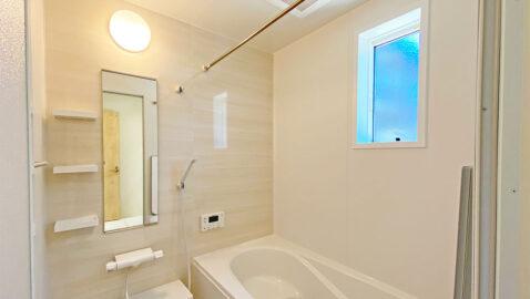 広々浴槽で、足を伸ばして一日の疲れを癒せるバスルーム。お湯が冷めにくい保温構造の浴槽です。浴室暖房乾燥機も付いています!掃除のストレスを軽くする工夫がたくさんあります!