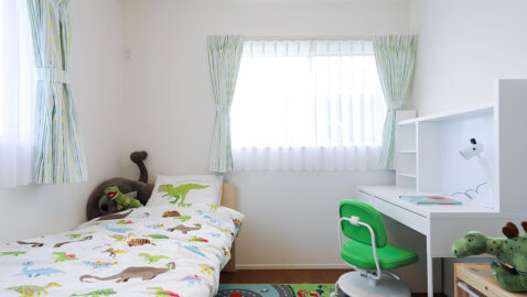 居室(5帖) 2面窓で風通しが良く、陽射しもたっぷり入ります♪収納付きなので、家具は最低限でOK!お子様部屋としてもピッタリのお部屋です。