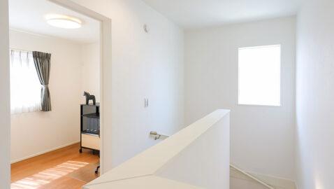 2階ホール 暗くなりがちな階段やホール部分も工夫された窓配置で明るく爽やかな空間に。