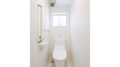 1階と2階にトイレがあるため朝のトイレラッシュや夜間にも安心◎ フチレス形状の便器でお手入れ楽々♪汚れをしっかり洗い流すパワーストリーム洗浄でキレイを長持ちさせます!