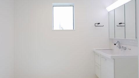 洗面所は広々3帖分!窓があるので、こもりがちな湿気もしっかり換気でき、室内干しスペースにも◎。洗面台は三面鏡裏にもしっかり収納、広々ボウルは並んでの身支度もスムーズに行えます♪