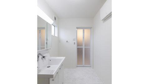 【当社施工事例】洗面室 広々3.2帖!窓があるので、こもりがちな湿気もしっかり換気でき、室内干しスペースにも◎。洗面台は三面鏡裏にもしっかり収納、広々ボウルは並んでの身支度もスムーズに行えます♪