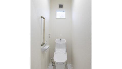 1階と2階にトイレがあるため朝のトイレラッシュや夜間にも安心◎ フチレス形状の便器でお手入れ楽々♪汚れをしっかり洗い流すパワーストリーム洗浄でキレイを長持ちさせます!*同仕様