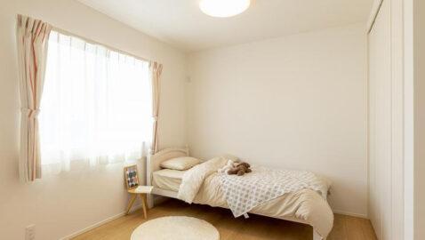 【当社施工事例】居室(5帖) 2面窓で風通しが良く、陽射しもたっぷり入ります♪収納付きなので、家具は最低限でOK!お子様部屋としてもピッタリのお部屋です。