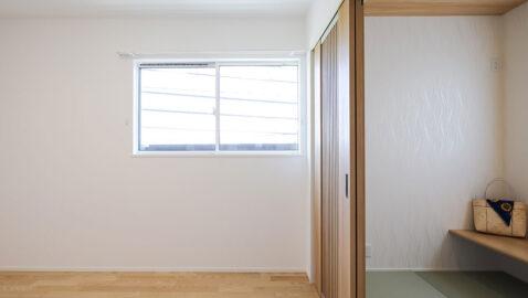 主寝室はウォークインクローゼットつきでお部屋を広々と使えます。大きな寝具も置けるゆとりの広さ。建具で仕切られた先には3帖の畳のマルチルーム。ほっと落ち着く空間です。