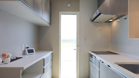 IHヒーター、食器洗浄乾燥機付きの高性能システムキッチン。ホーローパネルで油汚れも水拭きでサッとお手入れ!収納バリエーションが豊富で、モノの多いキッチンもスッキリ片付きます♪