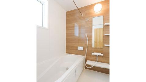 1坪タイプの浴室で、足を伸ばしてゆったり入浴できます。浴室暖房乾燥機は、衣類を干すだけでなく、夏場の暑い日の送付機、冬場の暖房としても活躍します!