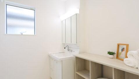 汚れやすい水回りは、お手入れしやすいのも大切なポイント。洗面台はハンドシャワーでボウルの隅々まで洗えます。三面鏡の裏は丸ごと収納スペース、身支度しやすいLED照明と使いやすさ◎です。