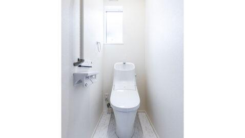 【当社施工事例】白を基調とした清潔感のあるトイレ。お掃除頻度の高いトイレも、100年クリーン便器で掃除回数がぐっと減ります。水道代をおさえる超節水型!こちらの物件は、1階と2階の2ケ所にあります♪