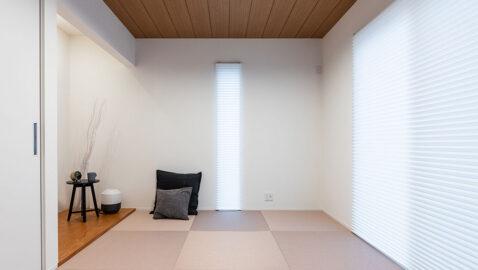 【当社施工例】こちらの物件は、リビングの一角にある畳コーナーの天井を一部木貼りとしています。広々としたLDKのアクセントとなり、空間がぐっとオシャレになります。