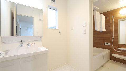 【当社施工事例】汚れやすい水回りは、お手入れしやすいのも大切なポイント。洗面台はハンドシャワーでボウルの隅々まで洗えます。三面鏡の裏は丸ごと収納スペース、身支度しやすいLED照明と使いやすさ◎です。
