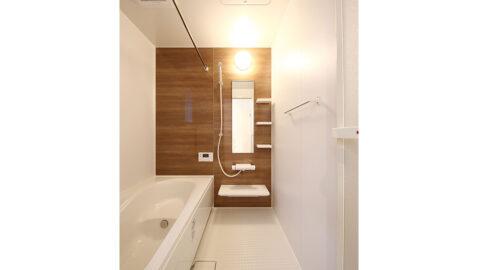 【当社施工事例】1坪タイプの浴室で、足を伸ばしてゆったり入浴できます。浴室暖房乾燥機は、衣類を干すだけでなく、夏場の暑い日の送付機、冬場の暖房としても活躍します!