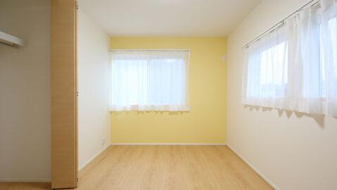 【当社施工事例】居室には収納を完備することで、家具は最低限ですみます。お子様部屋であれば4.5帖でベッドと勉強机がおさまります。日中は広々と快適なリビングに自然と家族が集いますね。
