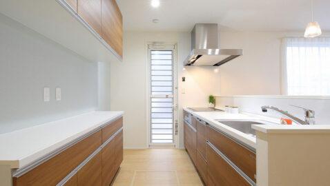 【当社施工事例】IHヒーター、食器洗浄乾燥機付きの高性能システムキッチン。ホーローパネルで油汚れも水拭きでサッとお手入れ!収納バリエーションが豊富で、モノの多いキッチンもスッキリ片付きます♪※実際のカラーとは異なります。