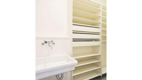 下足だけでなく濡れた雨具もサッと収納できる便利な玄関土間収納。 こちらの物件では、手洗い器を収納の中に組み込んでいます。家に上がる前のキレイ習慣が自然と身につきます!