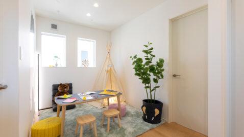 【当社施工事例】4人家族でゆとりの1室、マルチルームがあります。室内干しや在宅ワークやプレイルームなど、そのときどきで自由に使える予備室はおうち時間を一層快適にします。