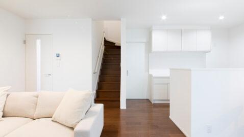 【当社施工事例】家族が自然とつながることができるリビング階段。扉付きで空調の空気を逃がさず電気代を節約できます♪