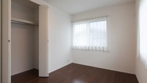 【当社施工事例】全居室二方向に窓を設け、気持ちの良い風が通り、温かい陽射しが入るよう考えられた居室。収納付きだから、家具は最低限ですみます。お子様部屋にもピッタリですね。